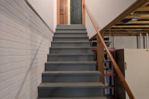 <p>Extra wide staircase to basement!</p>