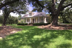 <p>Beautiful setting among ancient Live Oaks.</p>