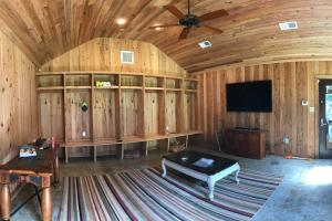 <p>Perfect Man Cave detached from house!</p>