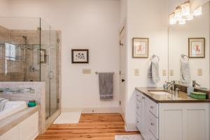 <p>Master Bathroom</p>