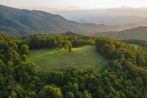 Panoramic views from unrestricted acres minutes to Asheville