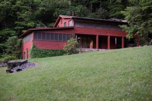 Charming Cabin with HUGE screened porch - Secluded Mountain Cabin on 103 Acres with Pond and Creek (3 of 49)