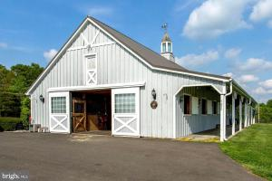 6 Stall Center Aisle Barn, rubber matting throughout, heated tack room, wash stall, 1000 square foot apartment (7 of 28)