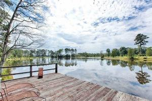 Stunning, family friendly farmhouse on stocked lake - Clarke County, MS